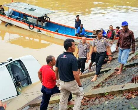 Bantu Evakuasi Mobil Jatuh, Tim Polresta Padang Turunkan Personil