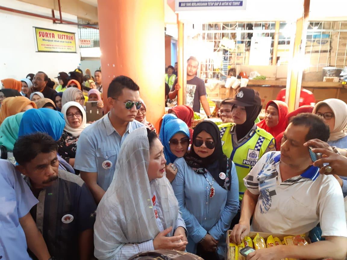 Titiek Soeharto Kunjungi Pedagang Pasar Raya Padang