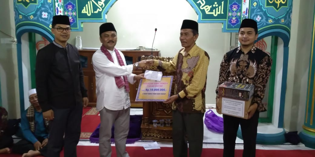 Tim Safari Ramadhan XIII Berikan Satu Paket Alquran dan Santunan Ke Masjid Raya Tanjung Alam