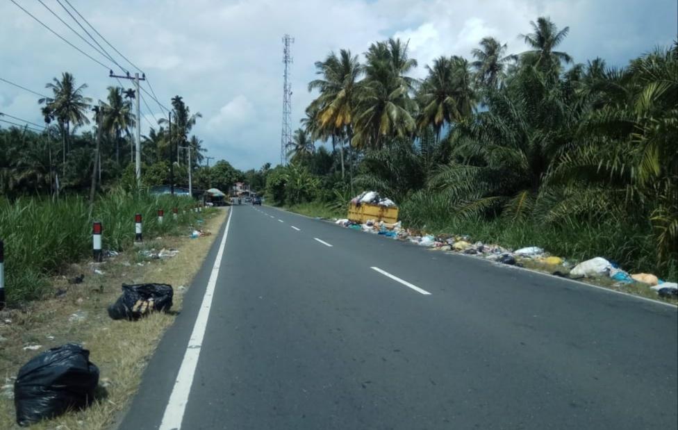 Masyarakat Resahkan Sampah Berserakan di Jalan Lintas Simpang Empat Manggopoh