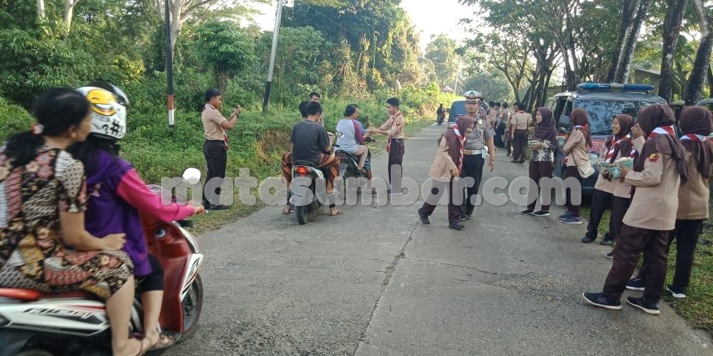 Pramuka Saka Bhayangkara Polres Mentawai Berbagi Takjil Kepada Masyarakat