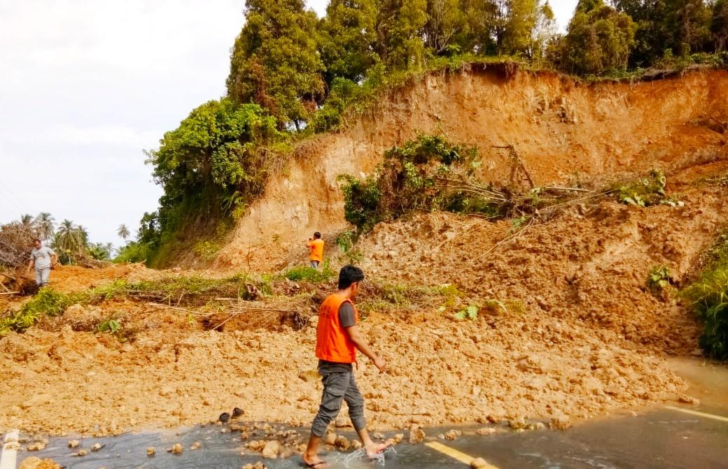 Akibat Longsor, Jalan Penghubung Dusun Rokot Sipora Selatan Terputus