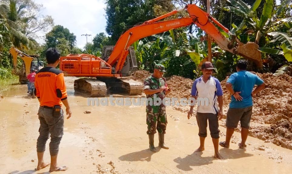 Akses Jalan Dusun Rokot Sipora Selatan yang Kena Longsor Sudah Bisa di Lintasi