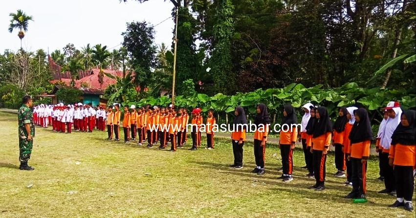 Pelajar SD Gabungan Kecamatan Pariangan Mengikuti Latihan Gerak Jalan dan PBB