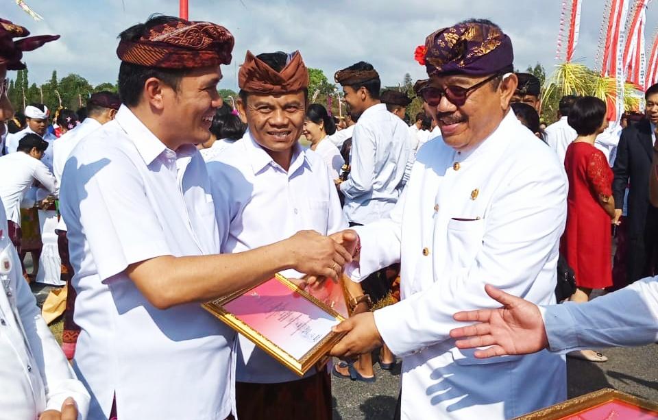 Kepala Bappeda Mentawai Terima Penghargaan Widya Kesuma Inovation Award Dari Gubernur Bali
