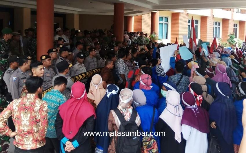 Aksi Unjuk Rasa Mahasiswa Berakhir Dialog Dengan DPRD Pasaman Barat