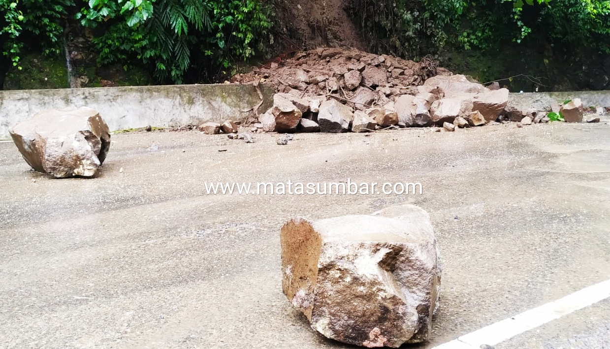Jalan Lintas Padang-Bukittinggi Tertutup Material Longsor Akibat Hujan Deras