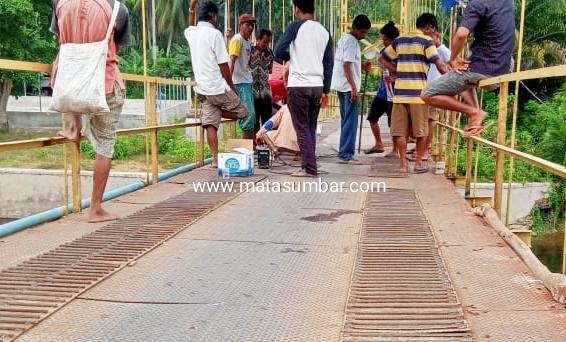 Tak Kunjung di Perhatikan, Jembatan Rusak Berat di Ganting Kubang Terpaksa di Perbaiki Warga