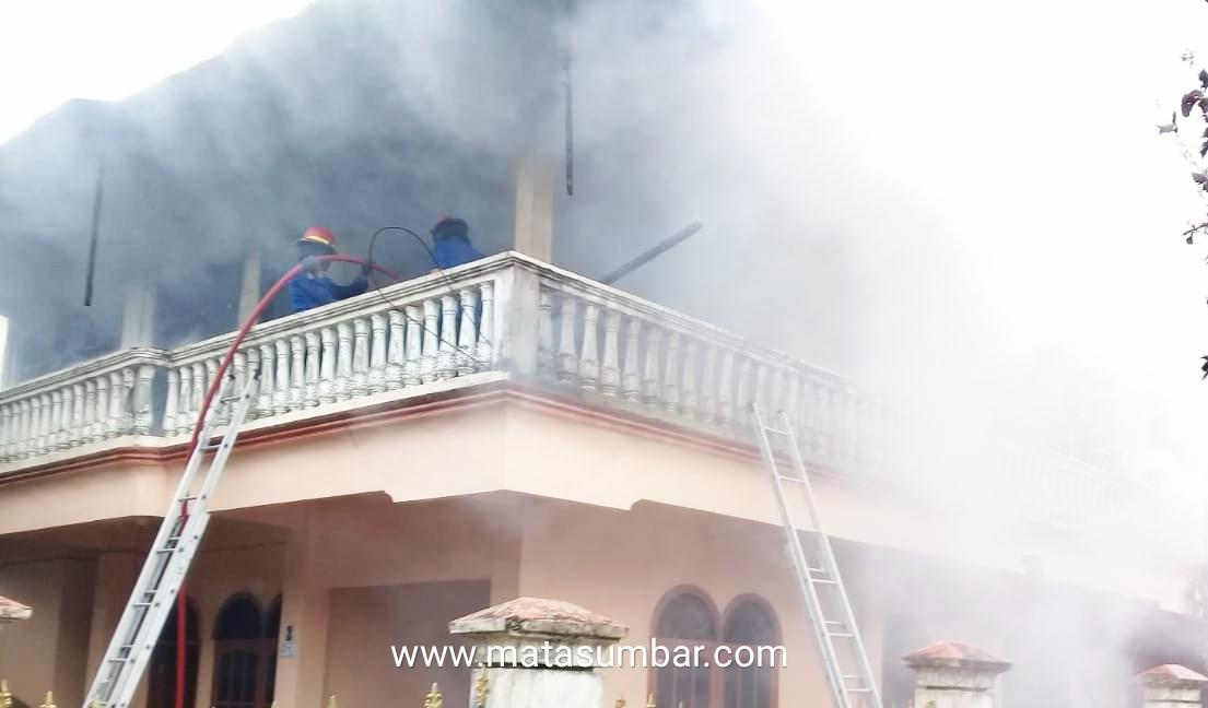 Rumah Bertingkat di Siteba Kawasan Padat Penduduk Terbakar