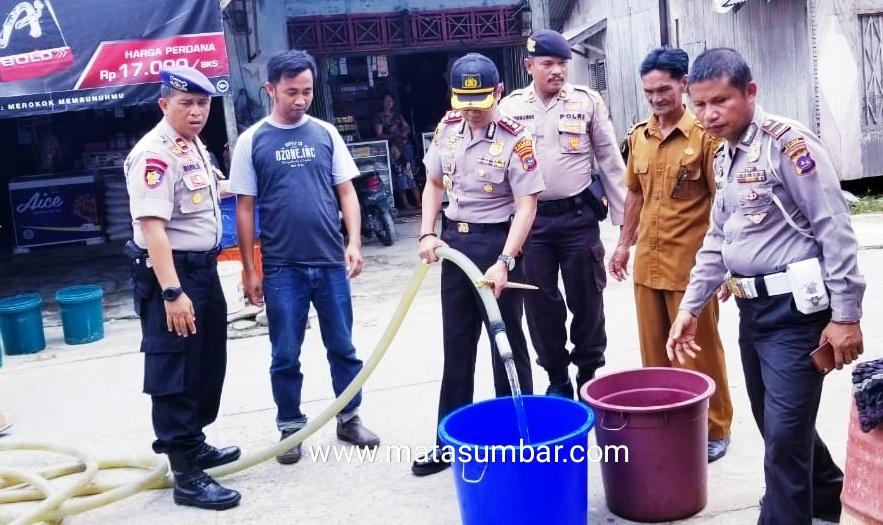 Polres Mentawai Salurkan Air Bersih Bagi Masyarakat Jati Tuapejat