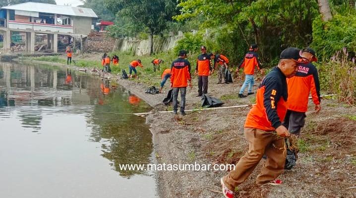 Jelang TdS, Satgas Nagari Tigo Koto Rambatan Bersihkan Pinggiran Danau Singkarak