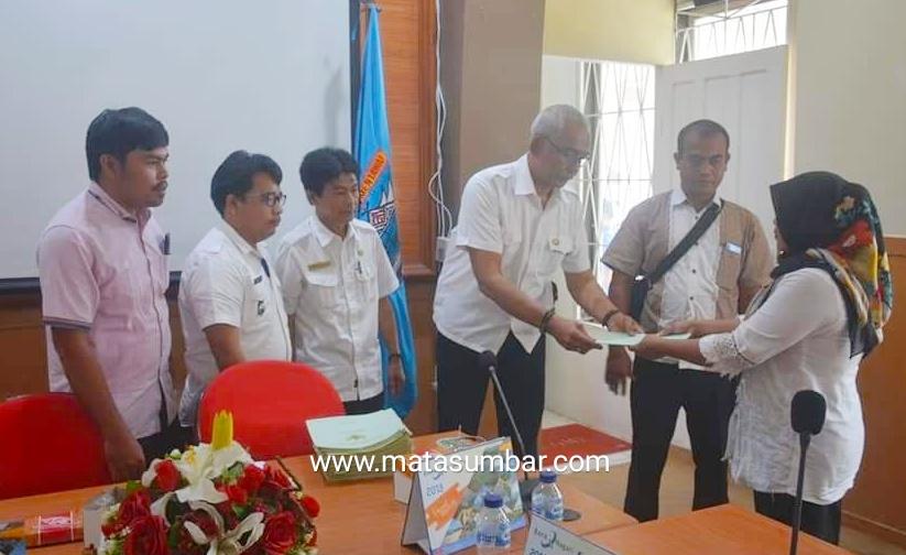 Pemkab Mentawai Serahkan 79 Sertifikat Tanah Transmigrasi Desa Bukit Pamewa Kepada 40 Orang Pemilik Tanah