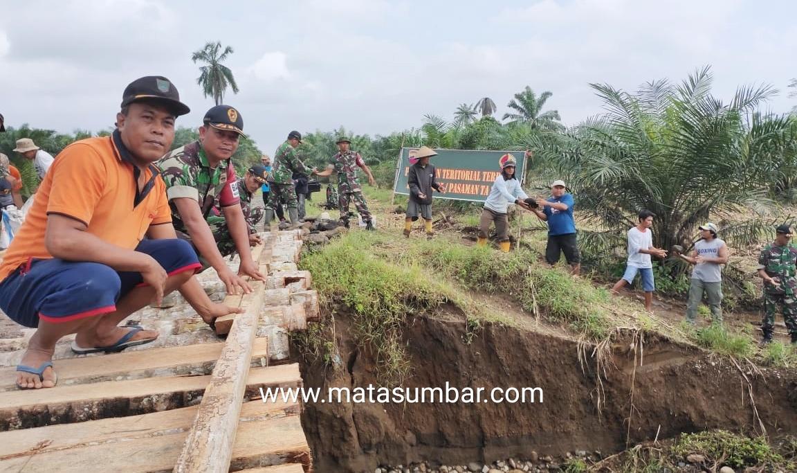 Koramil 02 Simpang Empat Bersama Masyarakat Laksanakan Karya Bakti Terpadu