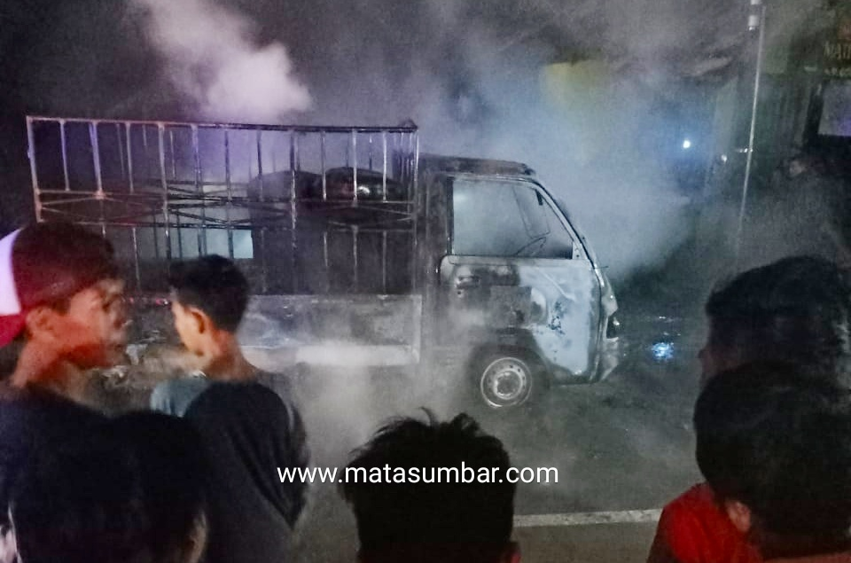 Mobil Pick Up Pembawa Minyak Solar Terbakar di Jalan Lintas Sungai Paku