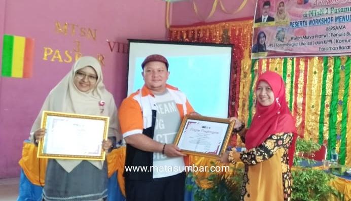 Penulis Cerita Anak Nasional, Wulan Mulya Pratiwi Ajak Pegiat Literasi Pasbar Biasakan Menulis