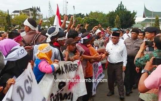 Berbulan Gaji Tak di Bayar, Ratusan Karyawan Demo di Kantor Bupati Pasbar