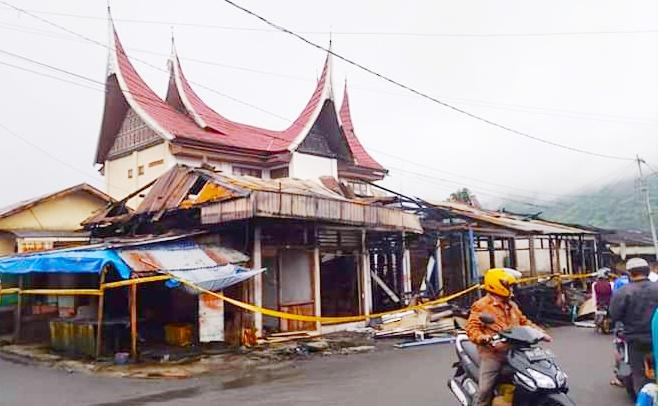 10 Petak Kios di Gang Kecap Pasar Padang Panjang Hangus dilalap Sijago Merah