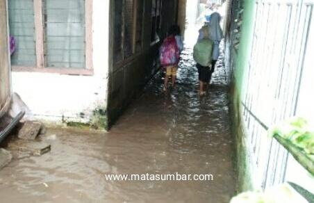Drainase Tidak Berfungsi, Masyarakat Pessel di Hantui Bencana Banjir Saat Hujan Turun
