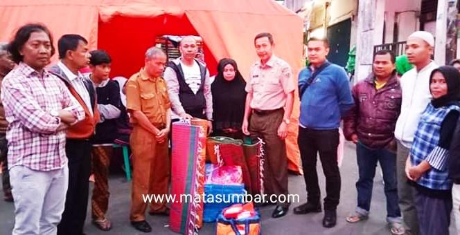 Pemko Padang Panjang Serahkan Bantuan Untuk Korban Kebakaran Pasar Baru