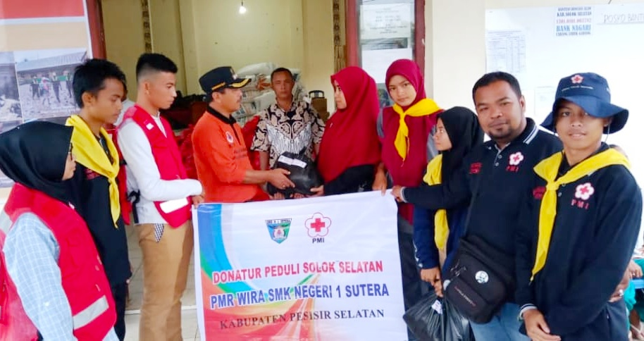 SMKN 1 Sutera Salurkan Bantuan 160 Paket Untuk Korban Banjir Bandang di Solsel