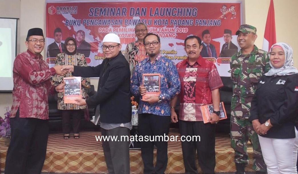 Bawaslu Kota Padang Panjang Launching Buku