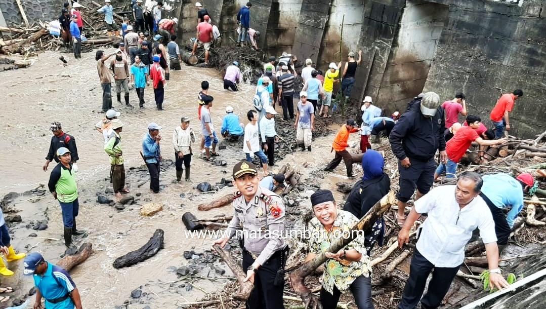 Masyarakat Bersama Personel Polsek Lakukan Pembersihan Cek Dam Nagari Pasie Laweh