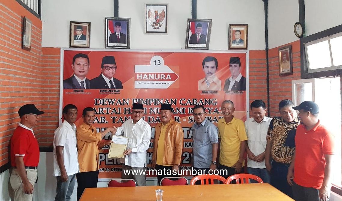 Sejumlah Pengurus Partai Golkar Beserta Tokoh Masyarakat Antarkan Zuldafri Darma Mendaftar ke Partai Hanura Tanah Datar