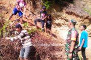 Babinsa 03/Sioban Bersama Warga Desa Mara Laksanakan Gotong Royong