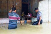 Peduli Korban Banjir, Polsek Sipora Berikan Bantuan Makanan Ringan Kepada Warga Saureinu