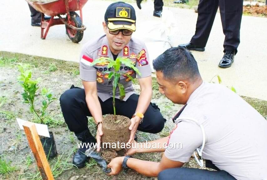 Peduli Penghijauan, Polres Mentawai Gencar Tanam Pohon
