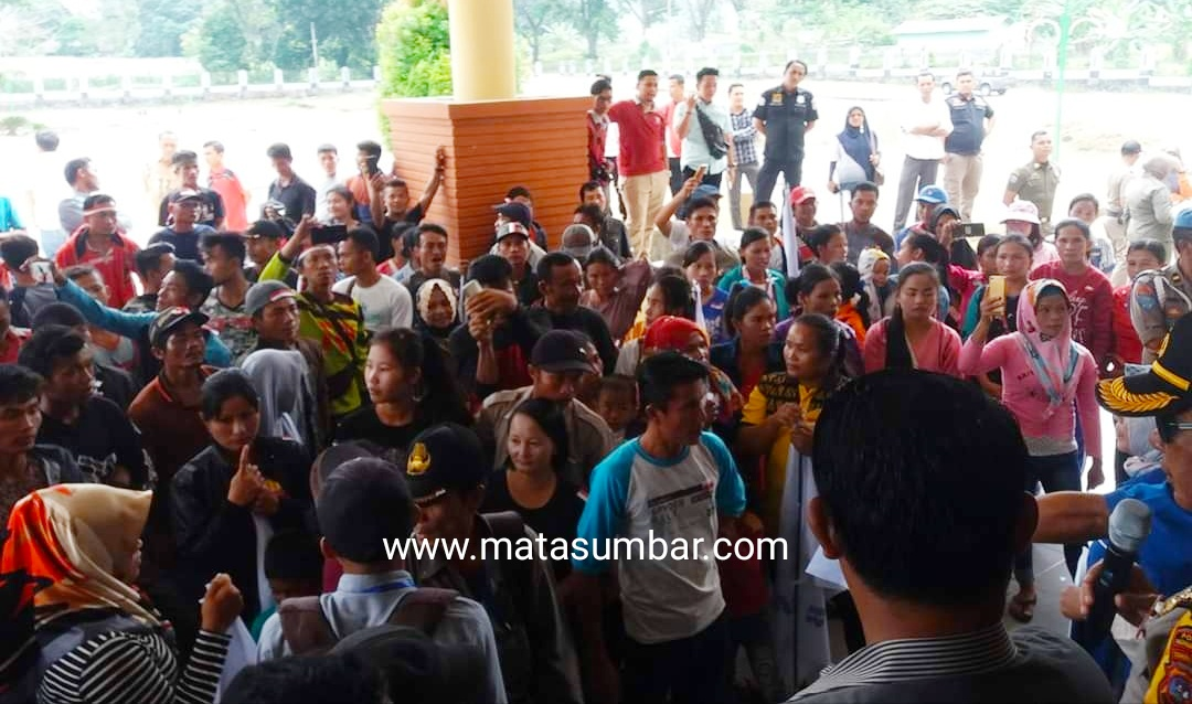 Unjuk Rasa di DPRD Pasbar, Karyawan Bersama SBSI Sampaikan 16 Tuntutan Kepada PT Anam Koto