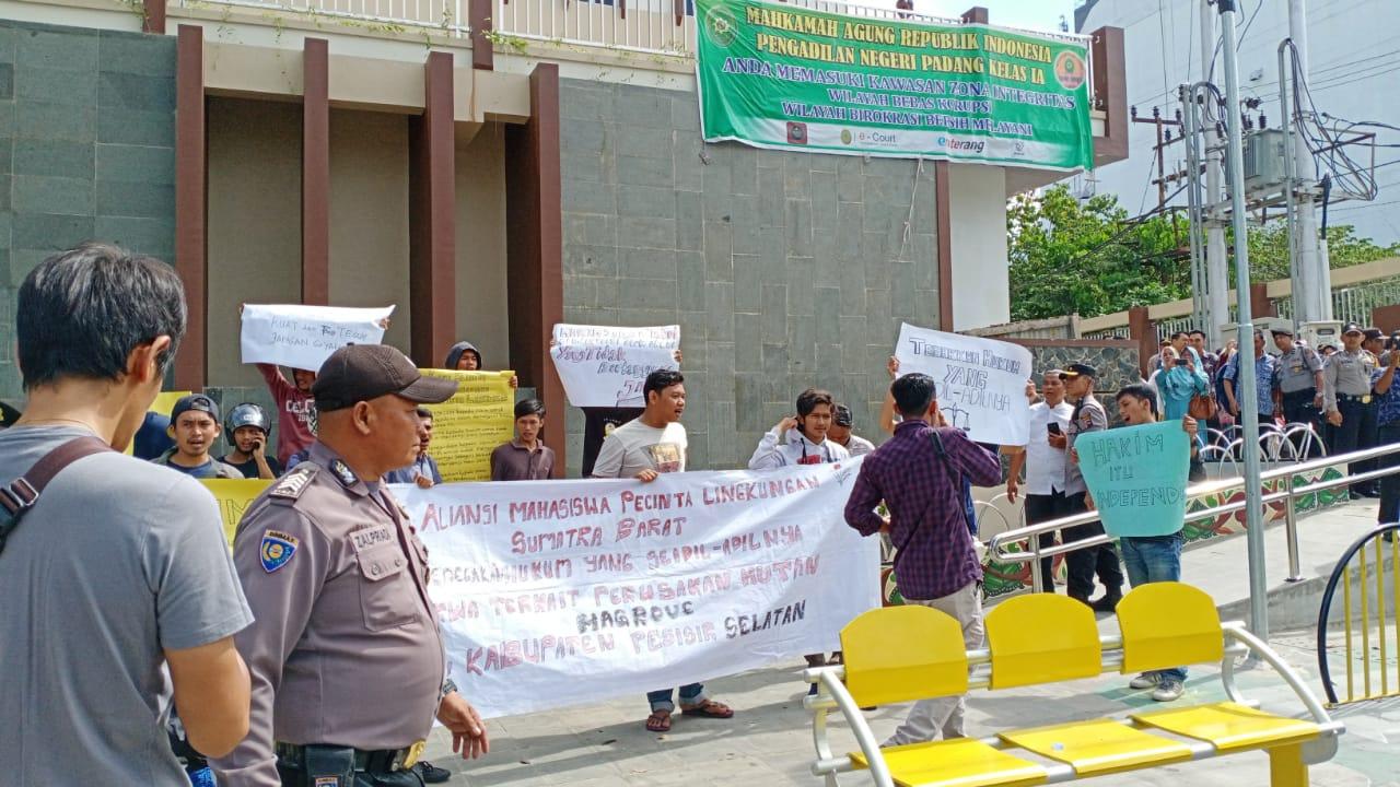 Kasus Dugaan Kerusakan Magrove, Massa Demo Minta Hakim Bijaksana Memberikan Putusan