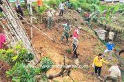 Mitigasi Bencana Longsor, Babinsa Sipora Tanam Pohon Vertiver di Lokasi Kampus PDD AKN Mentawai
