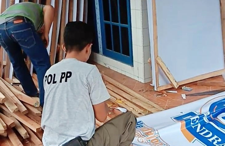 Kadispol PP-Damkar Benarkan Personelnya Ikut Bingkai Baliho Hendrajoni