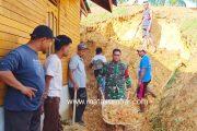 Babinsa 03/Sipora Bantu Bersihkan Material Longsor di Desa Bukit Pamewa