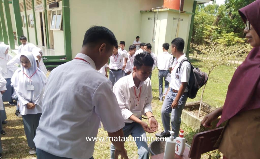 Antisipasi COVID-19, SMKN 1 Sutera Wajibkan Pelajar Cuci Tangan Sebelum Masuk Ruangan Ujian
