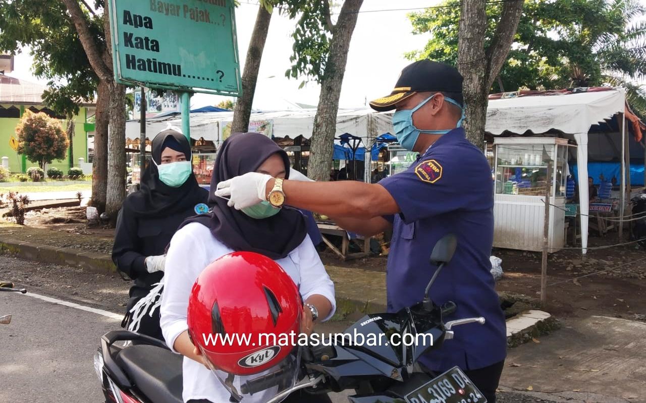 Antisipasi Pandemi Covid-19, BNNK Pasbar Lakukan Aksi Bagi Masker Kepada Pengguna Jalan