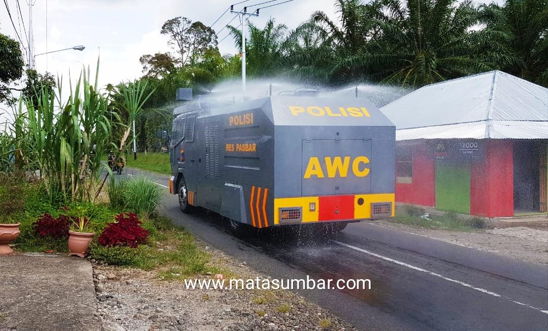 Cegah Wabah Corona, Polres Pasbar Lakukan Penyemprotan di Sejumlah Ruas Jalan
