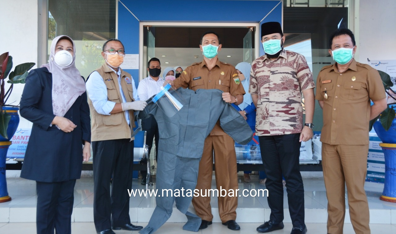 Satgas Covid-19 Padang Panjang Terima Bantuan 25 APD Dari Bank Nagari
