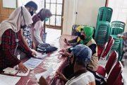 PPKBP3A Padang Panjang Serahkan Kartu Keluarga Sejahtera Kepada Warga