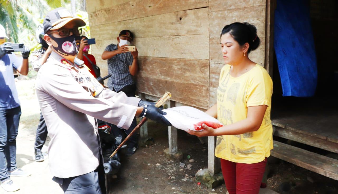 Polres Mentawai Salurkan Bantuan 100 Paket Sembako Untuk Masyarakat Terdampak Covid-19
