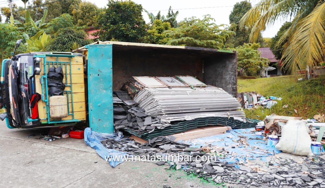 Kelebihan Muatan, Mobil Dump Truck Pembawa Material Bangunan di Tuapejat Terbalik