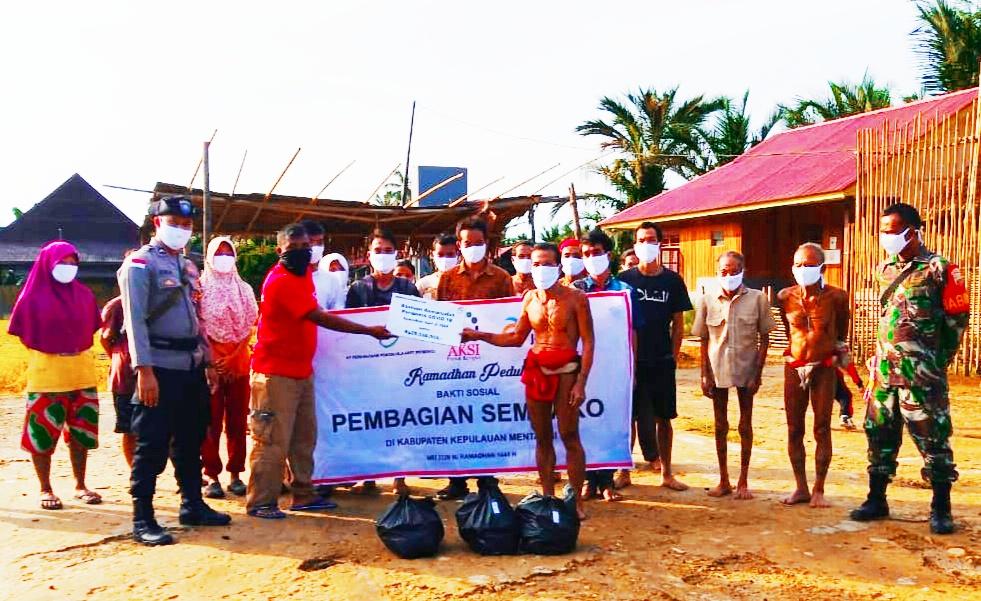 Perjuangan Babinsa Siberut Kodim 0319/Mentawai Distribusikan Bantuan Sembako Hingga Ke Pedalaman