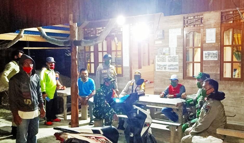 Patroli Gabungan, Babinsa Koramil 03/Sioban Ini Berikan Sosialisasi dan Himbauan