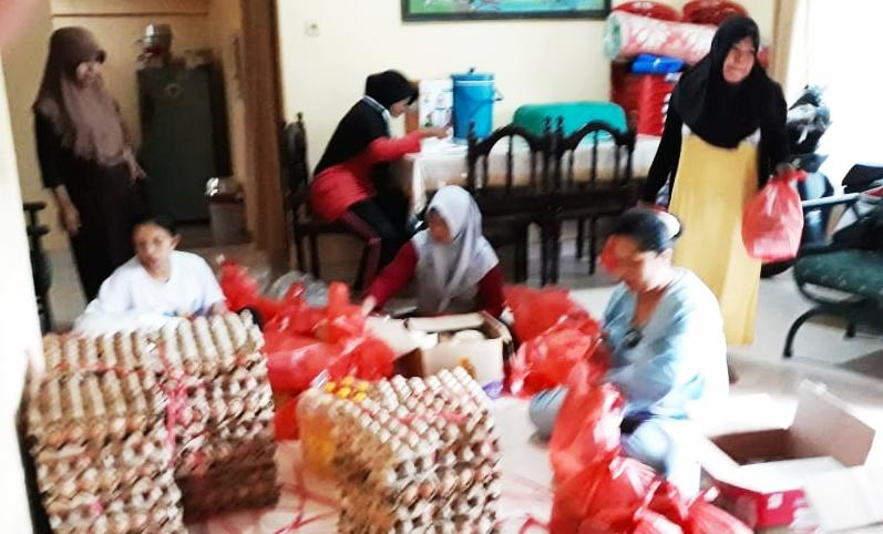 Peduli Kondisi Warga, Kelurahan Tanah Hitam Berbagi Paket Lebaran