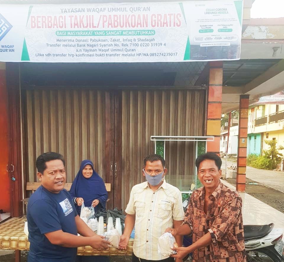 Yayasan Waqaf Ummul Qur'an Berbagi Takjil dan Membuka Posko Pabukoan Gratis di Pasar Bawan