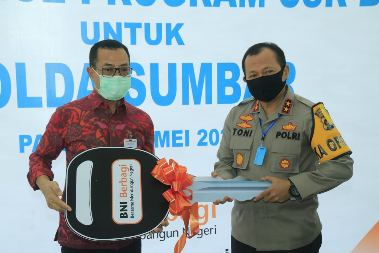 Kapolda Sumbar Terima Satu Unit Ambulance dari Bank BNI Kanwil Padang