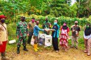 Babinsa Sipora Dampingi Dispangtan Mentawai Salurkan Bantuan Pupuk dan Bibit Tanamam Palawija