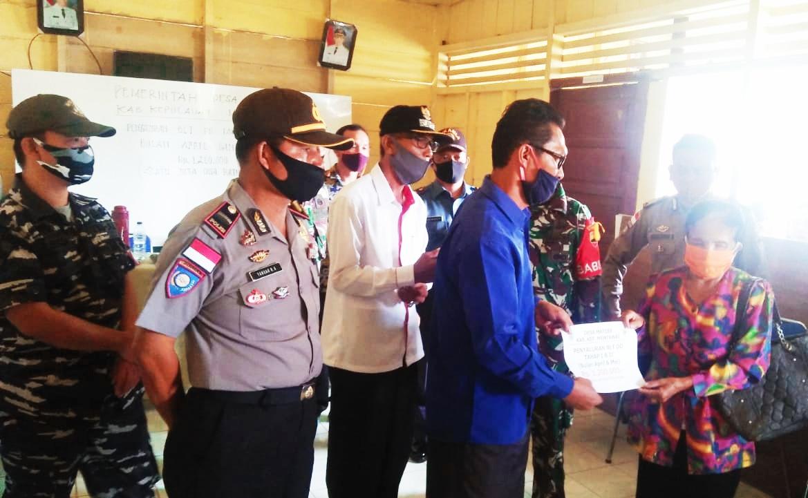 Pastikan Pembagian BLT-DD di Dua Desa, Polsek Sikakap Lakukan Pengawalan