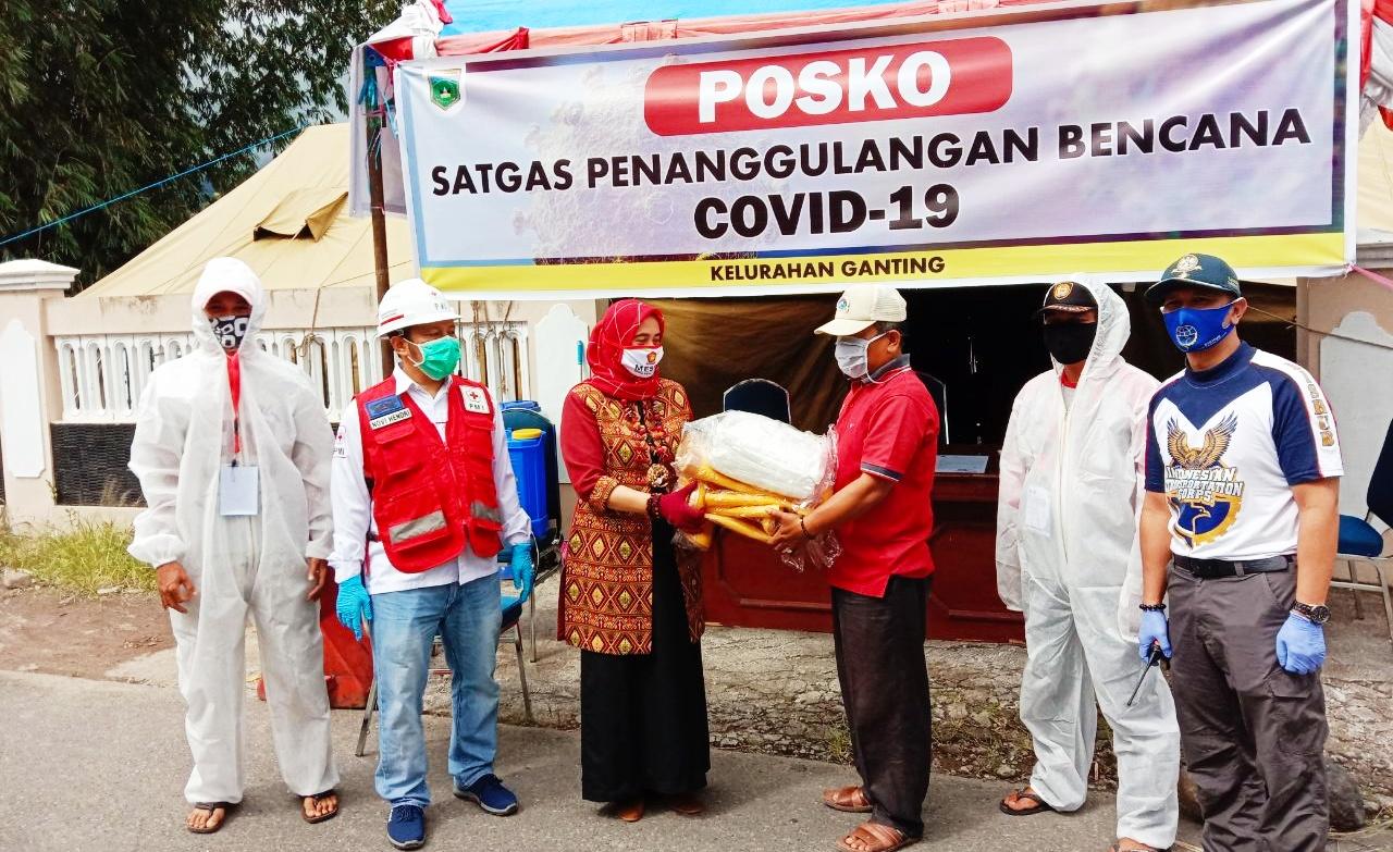 Peduli Keselamatan Petugas Posko Jalur Alternatif Padang Panjang, Mesra Yasta Berikan Bantuan APD